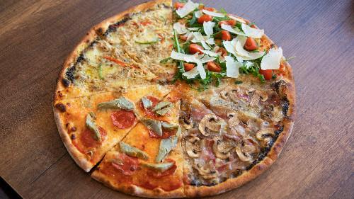 Me 4 shije, salcë domatesh, salcë ulliri dhe tartufi, sallam pikant, karçiofi, pançetë, kërpudha, ton, spec, rukola, grano, pomodorini