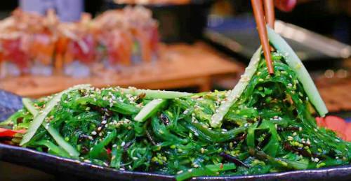 Alga deti, kastraveca, uthull sushi, susam i bardhë