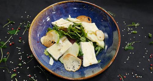 Sallatë mix jeshile, mollë, selino, kruton, djathë brie dhe salcë fruta pylli