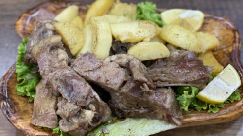 Tavë mish keci me patate
